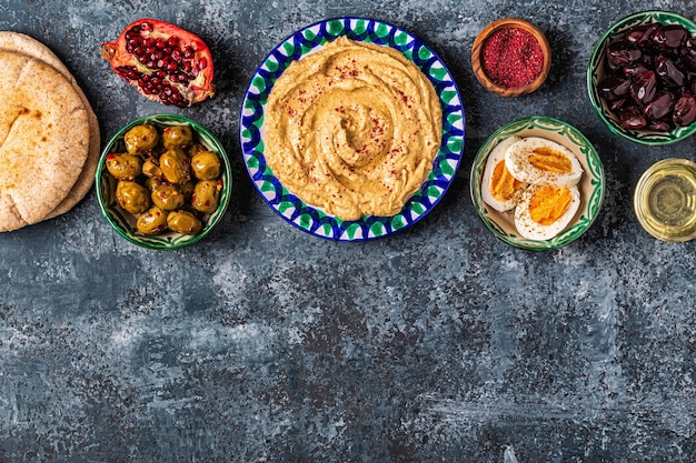 Hummus - piatto tradizionale della cucina israeliana e mediorientale, vista dall'alto.