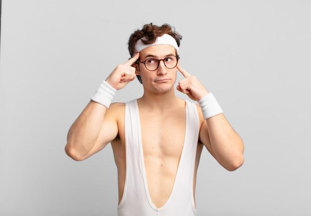 Uomo sportivo umoristico che sembra concentrato e pensa intensamente a un'idea, immaginando una soluzione a una sfida oa un problema