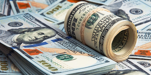 Un centinaio di banconote americane sono sparse. banconote da cento dollari in contanti, immagine dello spazio del dollaro.