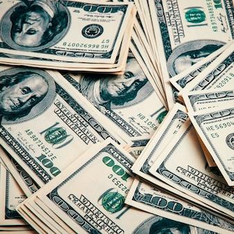 Le banconote da cento dollari si chiudono sullo sfondo