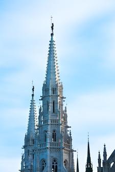 Punto di riferimento ungherese, cima del parlamento di budapest, vista la mattina sul cielo