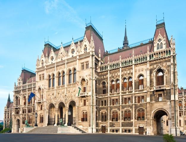 Punto di riferimento ungherese, vista del parlamento di budapest.