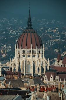 Vista ungherese del tetto della facciata della costruzione del parlamento nella città di budapest
