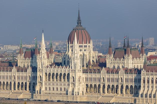 Costruzione famosa del parlamento ungherese sul danubio nella città di budapest