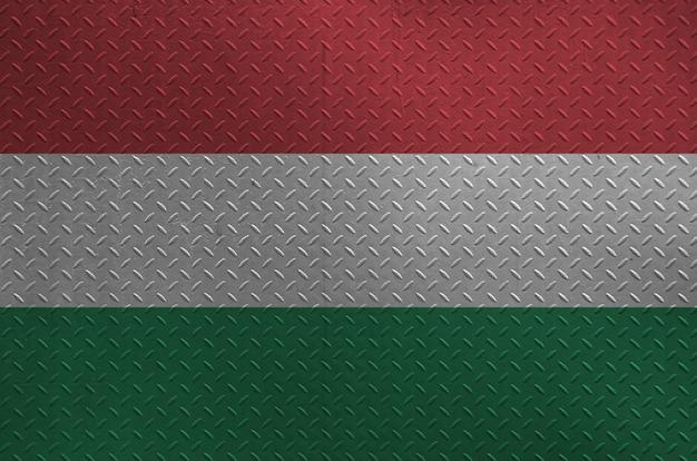 Bandiera dell'ungheria rappresentata nei colori della pittura sul vecchio primo piano spazzolato di piastra metallica o della parete. banner con texture su sfondo ruvido
