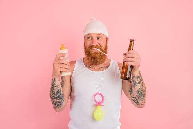 Un uomo affamato con barba e tatuaggi si comporta come un neonato ma vuole una birra