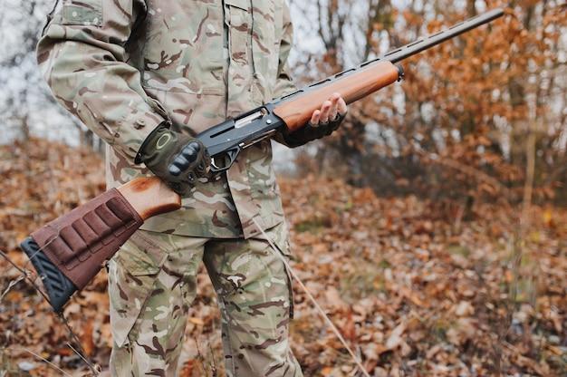 Bel ragazzo cacciatore con arma