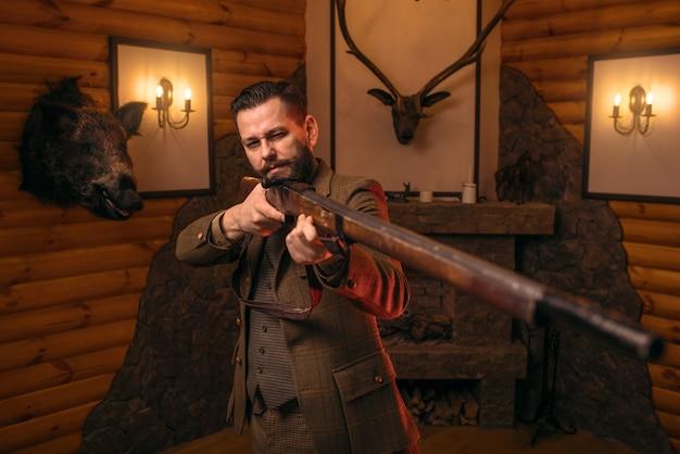 Hunter uomo mira dell'antico fucile da caccia