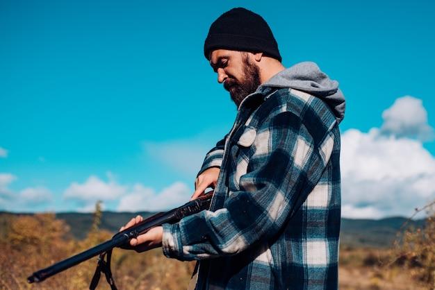 Hunter trascorre il tempo libero a caccia. attrezzatura da caccia per professionisti. la caccia è un brutale hobby maschile per i cacciatori.