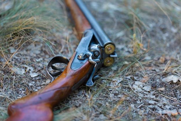 Fucile da caccia sull'erba. l'inizio della stagione di caccia è aperto. per fagiani e uccelli.