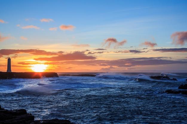 Onde di uragano durante una tempesta invernale al largo della costa islandese
