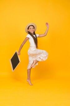 Affrettati per i saldi estivi dello shopping. bordo della stretta della piccola ragazza felice. pubblicità e marketing. programma del campo per bambini per l'attività estiva. moda estiva per ragazze adolescenti. viaggiare in un paese caldo. copia spazio.