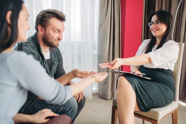 Marito e moglie alla reception dello psicologo, stress
