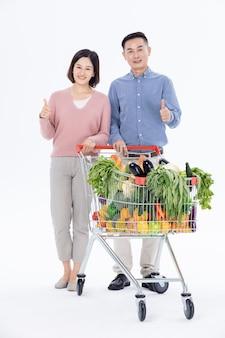 Marito e moglie che acquistano verdure al supermercato