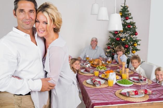 Marito e moglie in piedi vicino al tavolo da pranzo