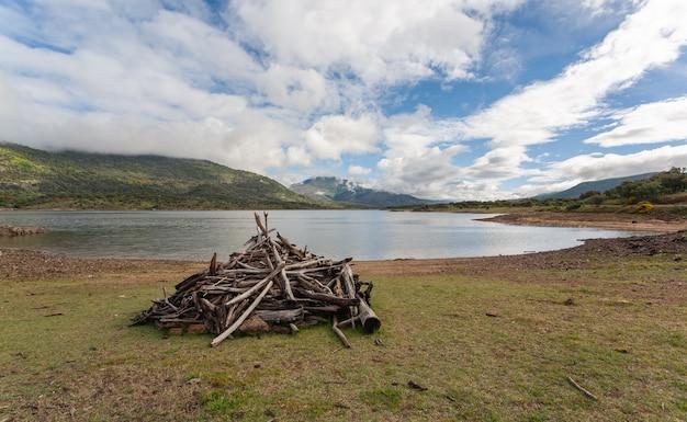Una capanna costruita con i bastoni in un prato ad uso dei pastori e per il gioco dei bambini