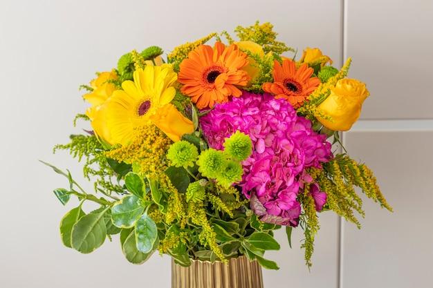 Composizione floreale di ortensie in un bel soggiorno