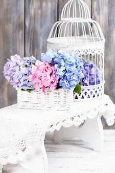 Fiori di ortensia nel cestino bianco. decorazioni floreali per la casa
