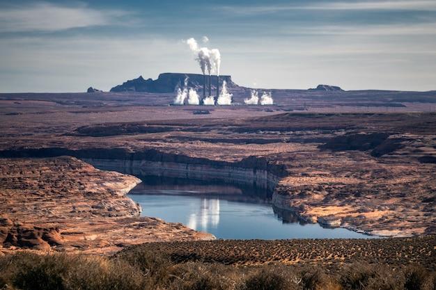 Centrale idroelettrica nel deserto dell'arizona, usa.