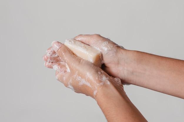 Concetto di igiene lavarsi le mani con un blocco di sapone