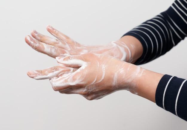 Igiene per proteggere la salute umana dai virus, lavaggio delle mani con processo di sapone.