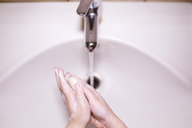 Norme igieniche. lavarsi le mani prima dei pasti. trattamento antibatterico delle mani con sapone. un modo per prevenire l'infezione da virus. protezione dal coronavirus.
