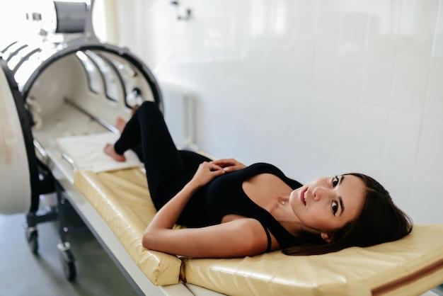 Ossigenoterapia iperbarica carro armato della camera hbot nella clinica dell'ospedale medico usato per curare i pazienti.