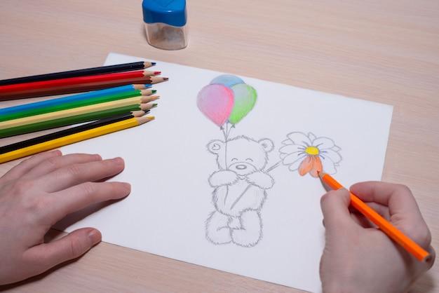 Sto disegnando un bellissimo orsacchiotto con le palle
