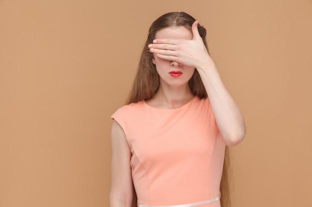 Non voglio vedere questi occhi coperti con la mano