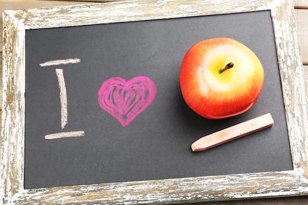 Amo la mela scritta sulla lavagna, primo piano