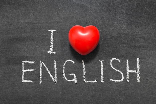 Amo la frase inglese scritta a mano sulla lavagna con il simbolo del cuore invece di o
