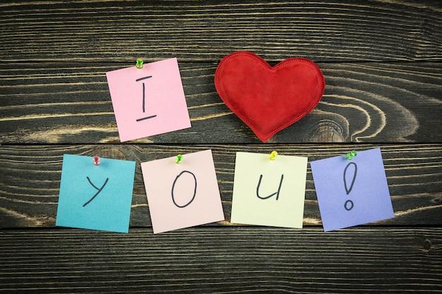 Ti amo nelle note sul tavolo di legno