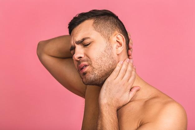 Ho bisogno di un massaggio. uomo frustrato che tiene la mano sul collo, con dolore alla schiena.