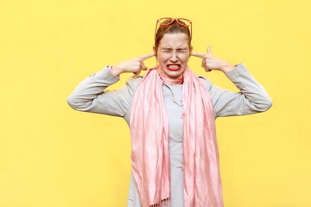 Non voglio sentire da te donna color zenzero aggressiva che tieni le dita sulle orecchie e gli occhi chiusi