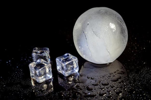 Riflessione della palla di ghiaccio su sfondo nero.