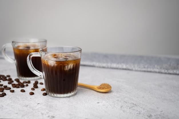 Ghiacci il caffè nero sul bancone con lo zucchero di canna.