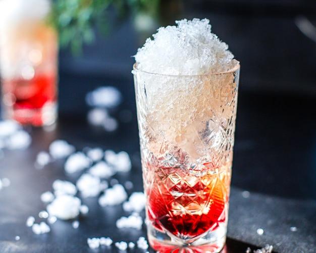 Bevanda con sciroppo di cocktail di ghiaccio, acqua con acqua gassata o bevanda analcolica