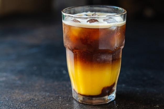 Ice caffè succo d'arancia bevanda bumble bee cocktail sul tavolo pasto copia spazio cibo sfondo