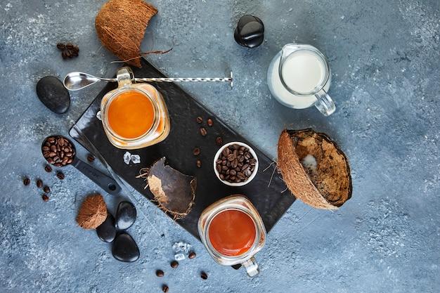 Caffè ghiacciato in stile thailandese con latte di cocco e chicchi di caffè