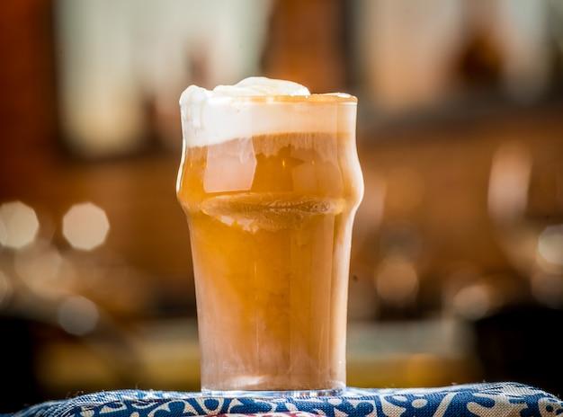Caffè ghiacciato con latte sul tavolo di legno