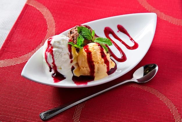 Palline di gelato sul piatto. decorato.