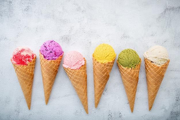 Sapore di gelato in coni su priorità bassa di pietra bianca. concetto di menu estivo e dolce.