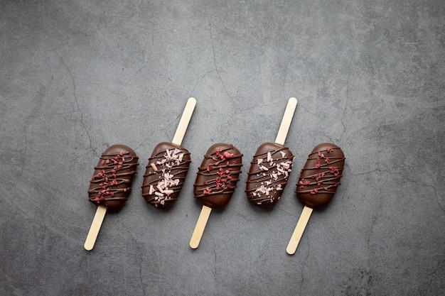 Torta di ghiaccioli gelato su un bastone su sfondo grigio dolci per feste concetto cibo vacanze