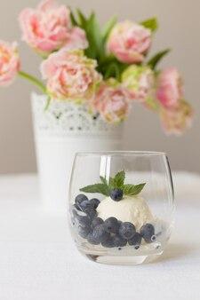 Gelato con mirtilli freschi e fiori bellissimi