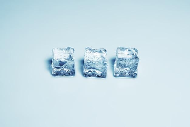 Cubetti di cristallo di ghiaccio, spazio per testo o design.