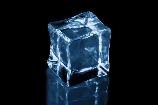 Cubetto di ghiaccio su sfondo nero, ghiaccio per bevande estive