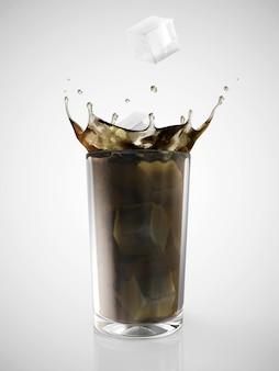 Cubo di ghiaccio che cade nel bicchiere di soda su sfondo sfumato