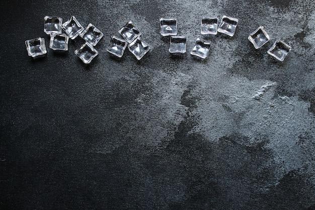 Pezzi di cubetti di ghiaccio non reali imitazione fredda plastica artificiale trasparente acrilica