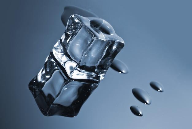 Cubetto di ghiaccio con gocce d'acqua