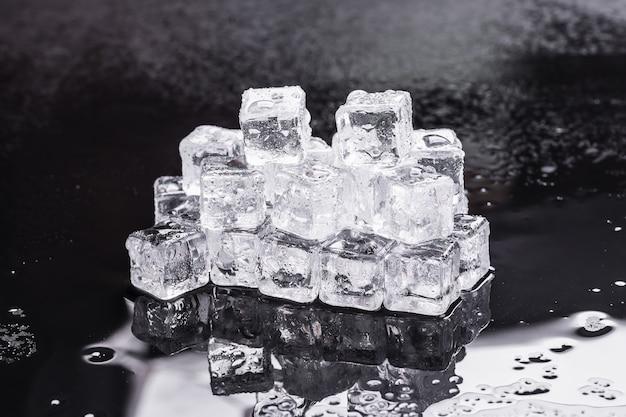 Cubetti di ghiaccio su sfondo nero